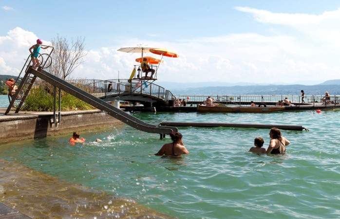 Planschen und Rutschen stehen in der Badi Tiefenbrunnen an