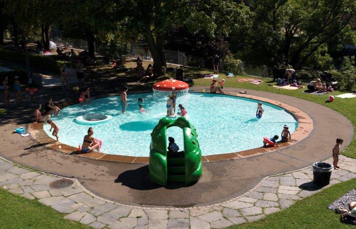Auch die Kleinen haben ihren eigenen Schwimmbereich im Flussbad Unterer Letten, Zürich